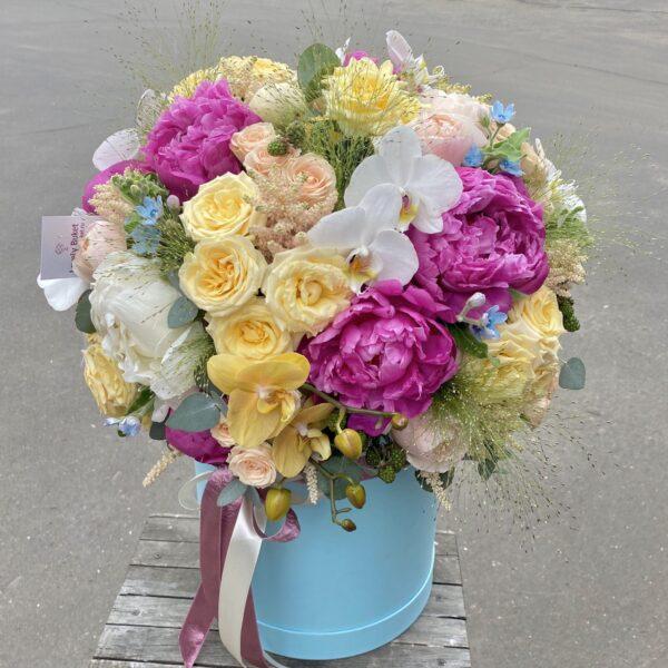 """Яркий букет с медовыми орхидеями, пионами """"Luna"""" и розами - фото 2"""