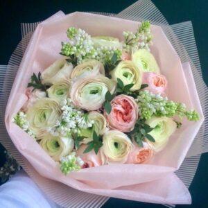 Весенний букет из пионовидной розы Juliet, сирени и лютиков - фото 1
