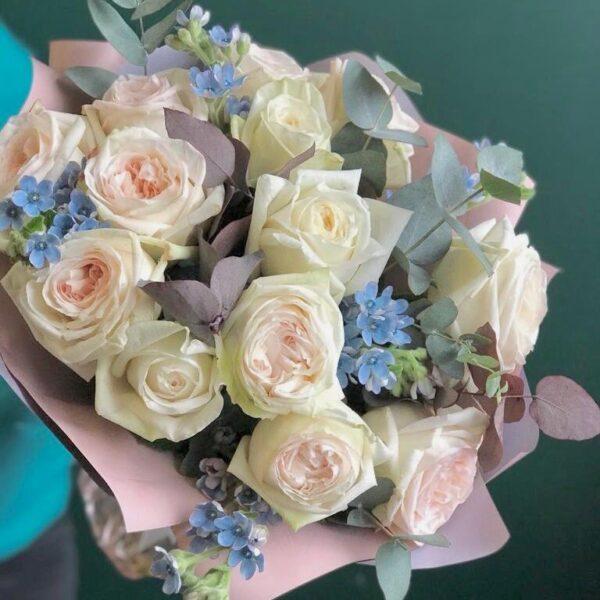 Весенний букет ароматных пионовидных роз с голубым оксипеталумом - фото 1