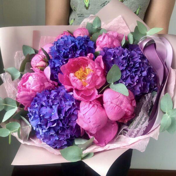 Букет из ярких гортензий и розовых пионов - фото 1