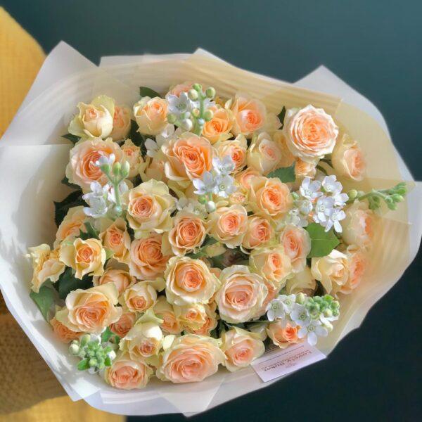 Букет из белого оксипеталума и персиковых роз - фото 2
