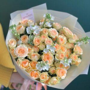 Букет из белого оксипеталума и персиковых роз - фото 1