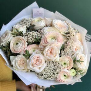 Ранункулюсы и ароматные розы с гроздьями озотамнуса - фото 1
