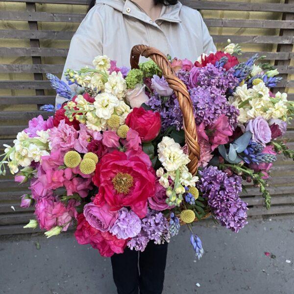 "Корзина с яркими пионами, сиренью и ароматными цветами ""Bright"" - фото 2"
