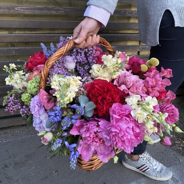 "Корзина с яркими пионами, сиренью и ароматными цветами ""Bright"" - фото 1"