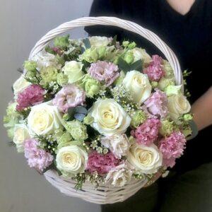 Цветочная композиция в корзине с воздушной эустомой и розами - фото 1