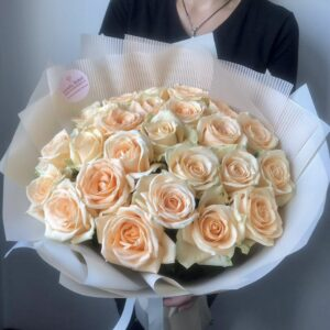 Букет из 25 роз с персиково-карамельным оттенком - фото 1