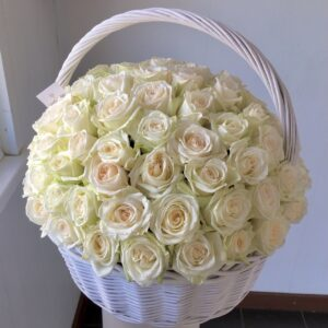 Ароматная роза сорта Ohara в корзине - фото 1