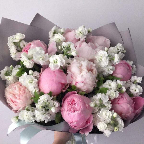 """Букет из воздушной маттиолы и розовых пионов """"Rose and White"""" - фото 1"""