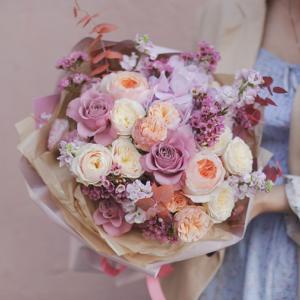 Пышный Букет с пионовидными розами в стильном оформлении - фото 1