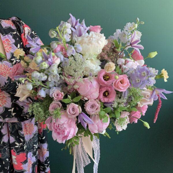 Авторский букет в садовом стиле с пионами - фото 1