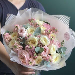 """Букет """"Katrin"""" с пионовидной розой и маттиолой - фото 1"""