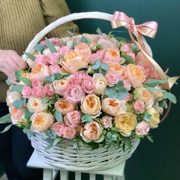 Композиция с пионовидными розами в корзине - фото 1