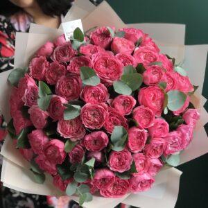Букет из малиновых пионовидных селективных роз - фото 1