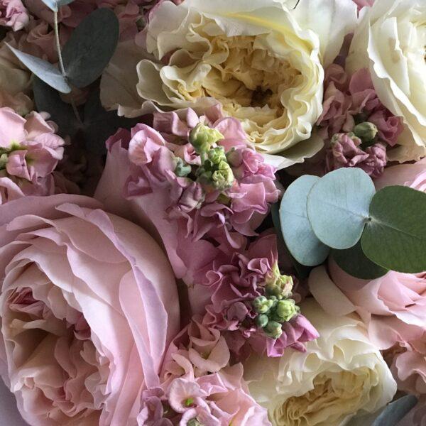 """Букет """"Katrin"""" с пионовидной розой и маттиолой - фото 3"""