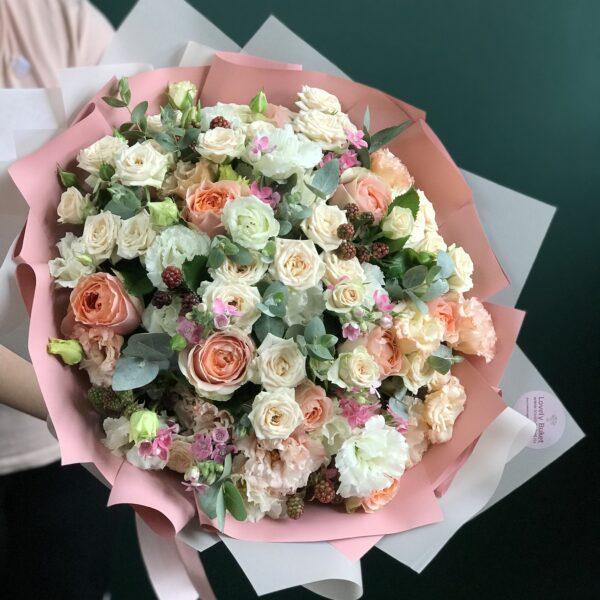 Букет в персиковых тонах с розами и малиновым оксипеталумом - фото 2