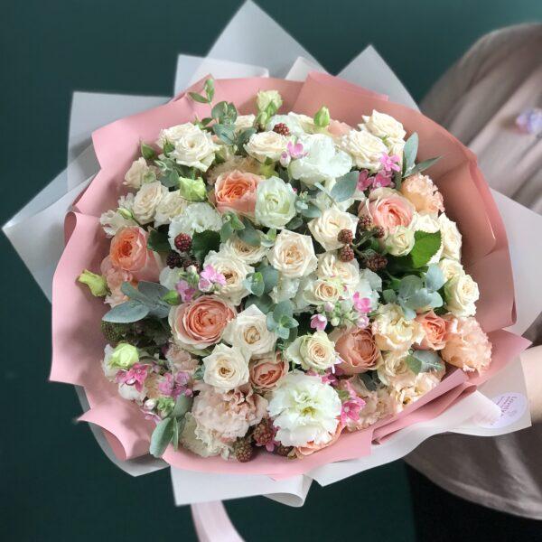 Букет в персиковых тонах с розами и малиновым оксипеталумом - фото 1