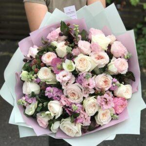 Букет из нескольких сортов пионовидных роз и хелеборуса - фото 1