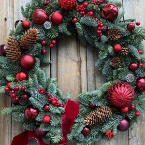 Новогодний венок с шишками и красными шариками - фото 1