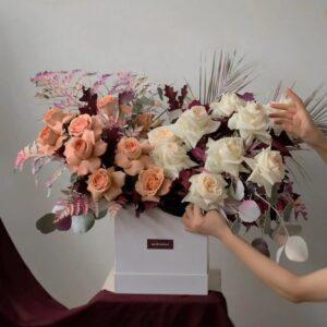 Премиальная композиция с розами и ветками красочных экзотических листьев. - фото 1