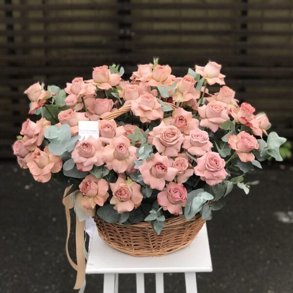 Объемная композиция из сортовых кофейных роз с листьями цинерии - фото 1